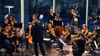 Engagiert: Das Wettinger Stella Maris Orchestra mit seinem Dirigenten Cristoforo Spagnuolo. Vera Frey