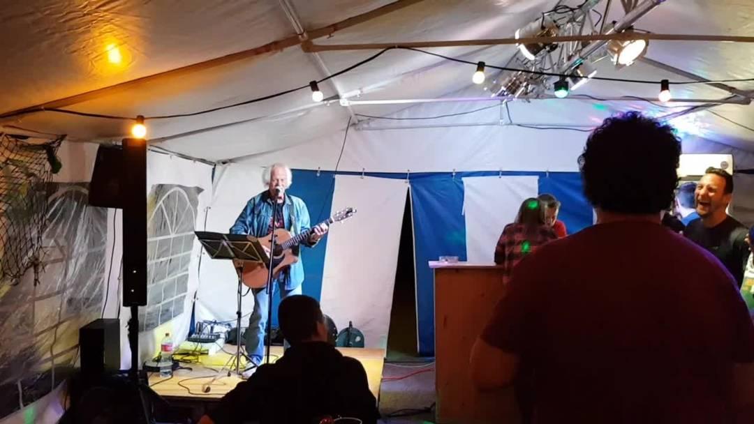 Cesy Zappa übernimmt spontan an der Oberdörfer Chilbi 2019 den musikalischen Unterhaltungspart – und die Anwesenden singen mit