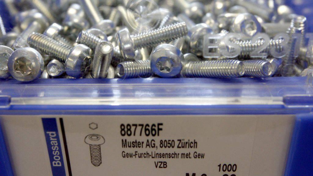 Blick ins Schraubenlager am Hauptsitz der Bosshard Gruppe in Zug: Das Innerschweizer Unternehmen hat 2016 neue Rekordmarken erzielt. (Archiv)