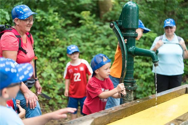 Woher kommt das Wasser? Diese Fragen bekommen die Kinder auf dem Sinnespfad beantwortet.