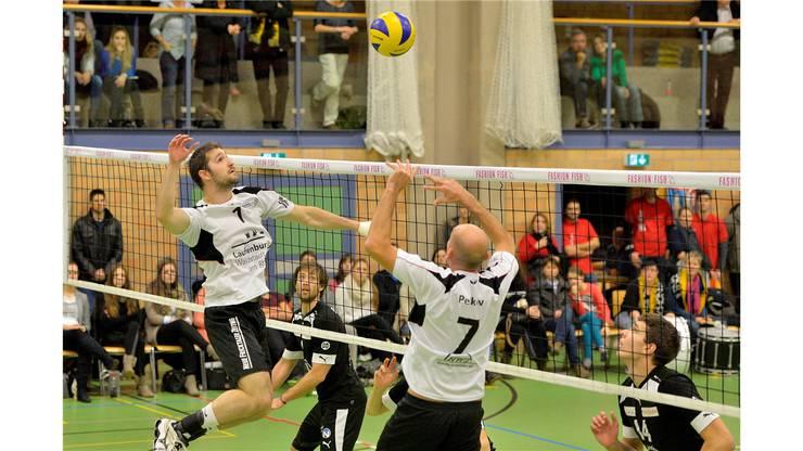 Der Laufenburger Aleksander Petkov übergibt den Ball an Mario Juric für einen Smash.