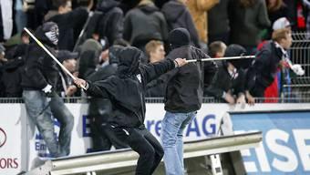 Videokameras sollen dabei helfen, gewaltbereite Eishockey- und Fussball-Fans - wie hier im Mai 2014 im Stadion Brügglifeld in Aarau - schneller zu identifizieren. (Archivbild)