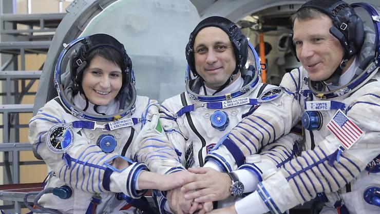 Die italienische Astronautin Samantha Cristoforetti (links) hat Vorbildfunktion. Nun sucht ein deutsches Unternehmen die erste deutsche Astronautin, die Mädchen und junge Frauen für Wissenschaft und Raumfahrt begeistern soll. (Archiv)