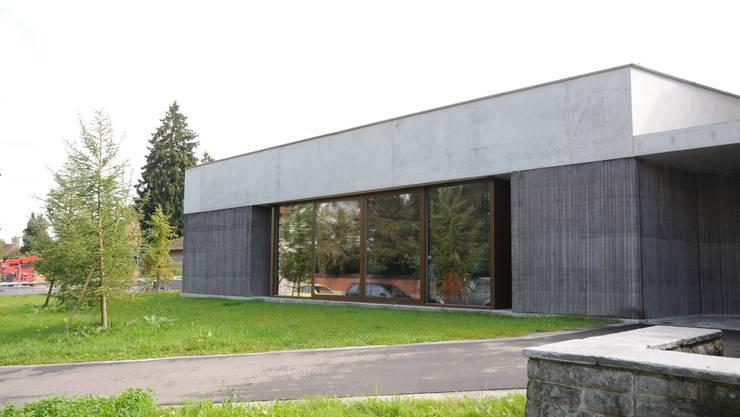 Die neue Aula des Gönhardschulhauses mit Haupteingang.