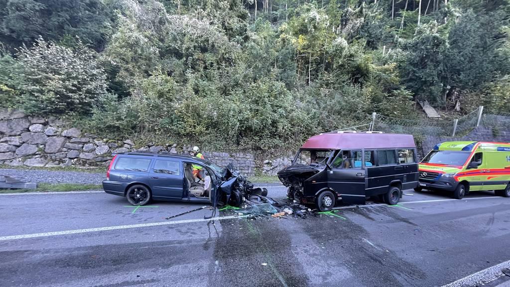 Fünf Verletzte bei Kollision von Auto und Wohnmobil auf Axenstrasse