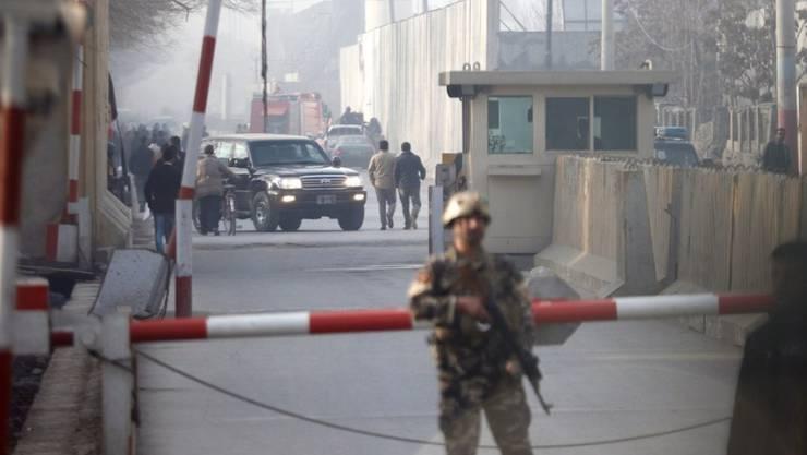 In der afghanischen Hauptstadt Kabul hat sich ein Teenager im dichten Berufsverkehr in die Luft gesprengt. Mindestens 6 Menschen sterben. Nach dem Anschlag untersuchen die Sicherheitskräfte den Ort des Anschlags.