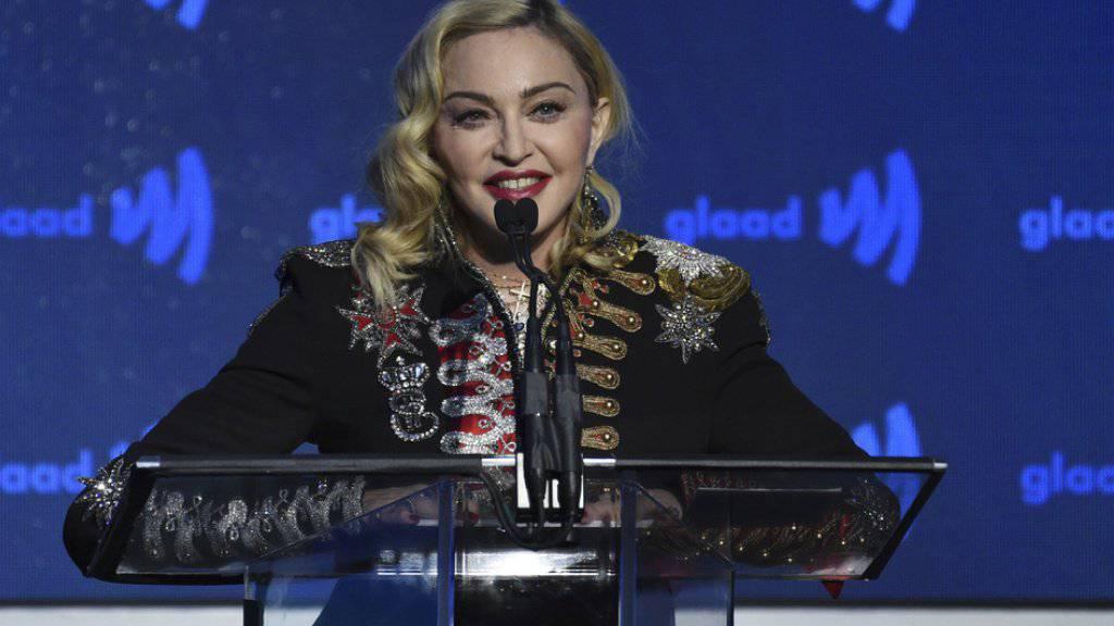 Erinnerungsstücke von US-Popstar Madonna sollen in New York unter den Hammer kommen. Dagegen wehrt sich nach Madonna nun auch einer ihrer langjährigen Mitarbeiter. (Archivbild)