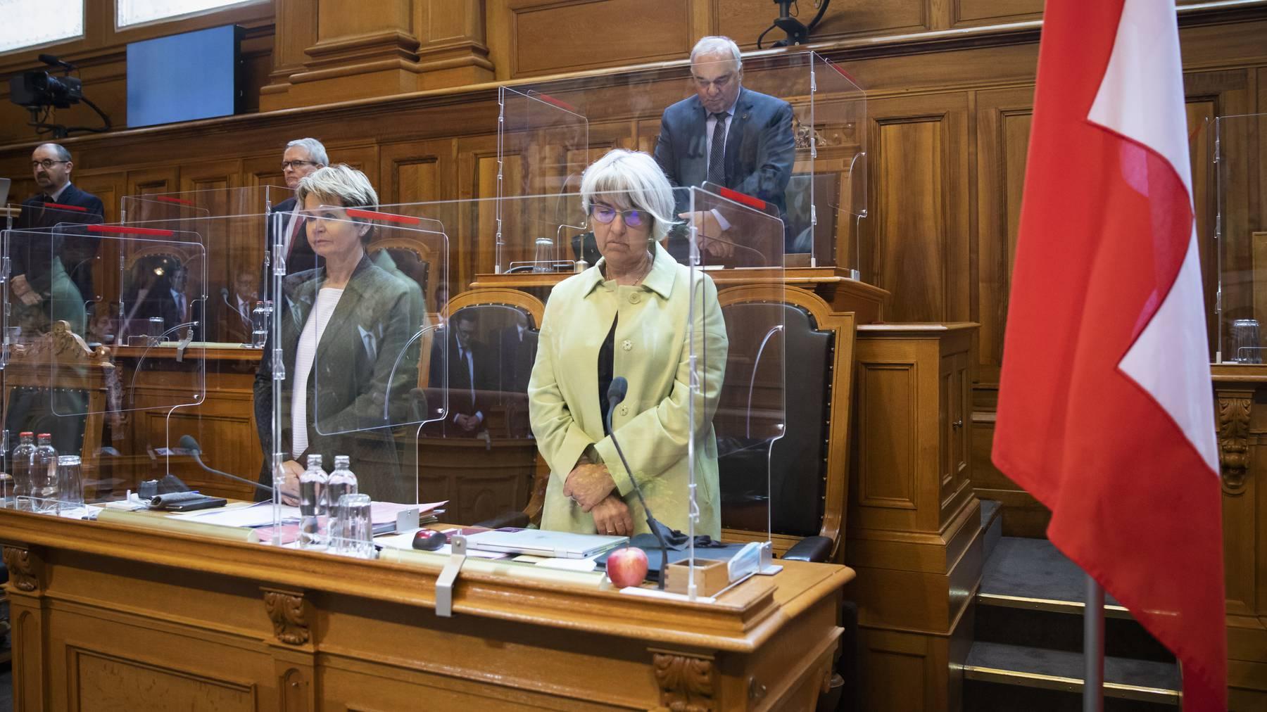 Ständeratspräsident Alex Kuprecht (hinten) hielt im Bundeshaus eine Schweigeminute ab.