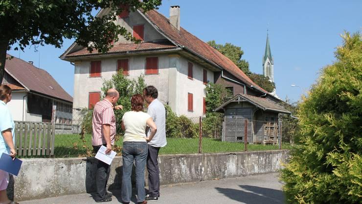 Die Jury schaut und berät: An dieser Stelle soll in Bünzen ein Neubau mit acht altersgerechten Wohnungen erstellt werden. (Bild: ZVG)