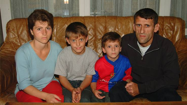 Hamdi Halili mit seiner Frau und den beiden Söhnen auf einem Foto von 2006 – dem Jahr, in dem er das Aufenthaltsrecht erhielt. Nun wird er als letzter der Familie eingebürgert. (Archiv)