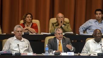 Kubas Staatschef Miguel Díaz-Canel (links) zeigte sich am Sonntag in Havanna über die Reform der Verfassung seines Landes sehr zufrieden.