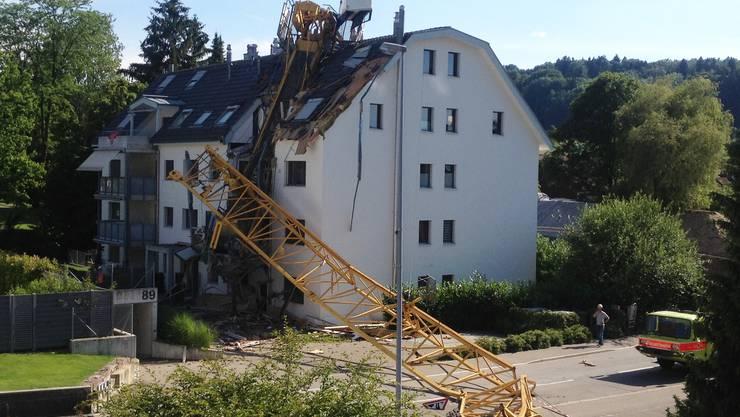 Der Kran stürzte auf das Mehrfamilienhaus.