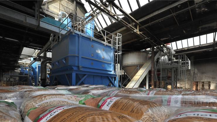 Fertig abgepackt und versandbereit: AEK-Pellets vor den Presswerken in der Produktionshalle in der Klus.