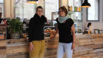 Martina Wächter (l.) und Maya Rey vom Café Stadtklatsch warten auf Antwort von der Stadt Brugg.Bild: cm