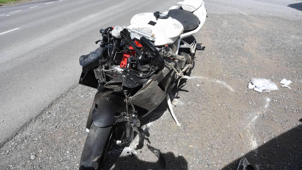 Töff kracht in Traktor – zwei Verletzte