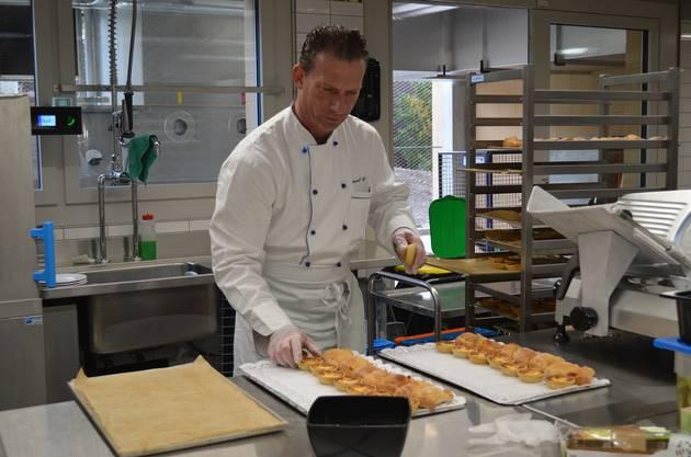 Daniel Bieri, Leiter Gastronomie, macht weiteres Apéro-Gebäck parat.