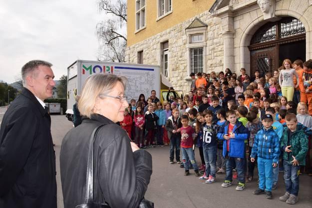 Alex Hürzeler und Marie-Theres Schönbächler freuen sich über den Empfang der Schüler