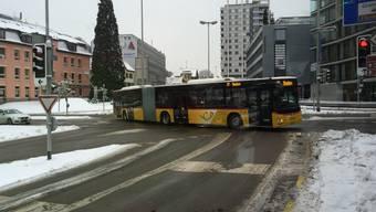 Der neue gelbe Gelenkbus auf dem Badener Schulhausplatz.