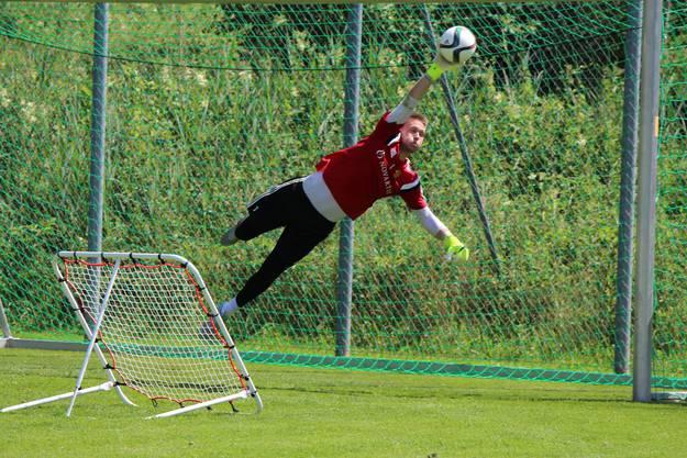 Tomas Vaclik hechtet einem Ball nach.