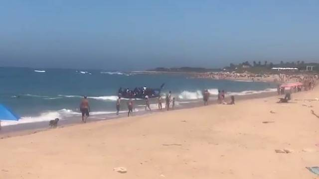 Migranten flüchten über Touristenstrand