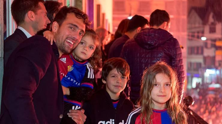 Captain Delgado feiert mit seiner Familie auf dem Barfi