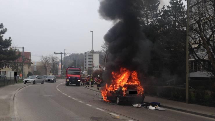 Die angerückte Feuerwehr Bottmingen hatte den Brand rasch gelöscht, am Auto entstand Totalschaden.