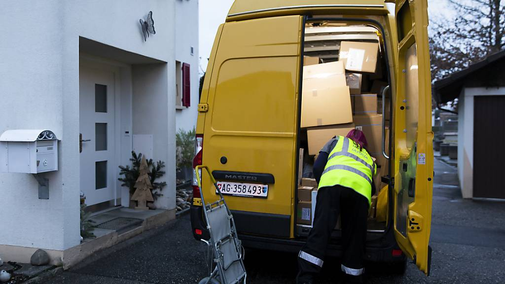 Die Post ist 2020 in den Paketen fast ertrunken: Paketbotin mit ihrem Lieferwagen im Dezember in Egerkingen. (Archivbild)