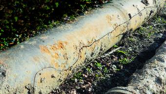 Der Riss in diesem rund 5 Meter langen Rohr mit 300 Millimeter Durchmesser hatte zur Folge, dass pro Minute bis 25 000 Liter Wasser ausgeflossen sind