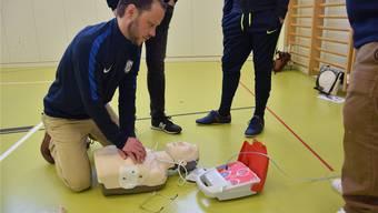 Der «Defi» ist an den Patienten angeschlossen: Pascal Stüssi übt mit dem Gerät.