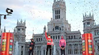 Das Siegerpodest der Vuelta 2020 mit Richard Carapaz (2./links), Primoz Roglic (Sieger/mitte) und Hugh Carthy (3./rechts)