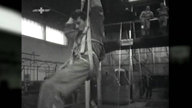 Um den Einsatzbereich erweitern zu können, schickte Rega-Gründer Bucher seine Retter in die Fallschirm-Springer-Ausbildung der britischen Royal Air Force.