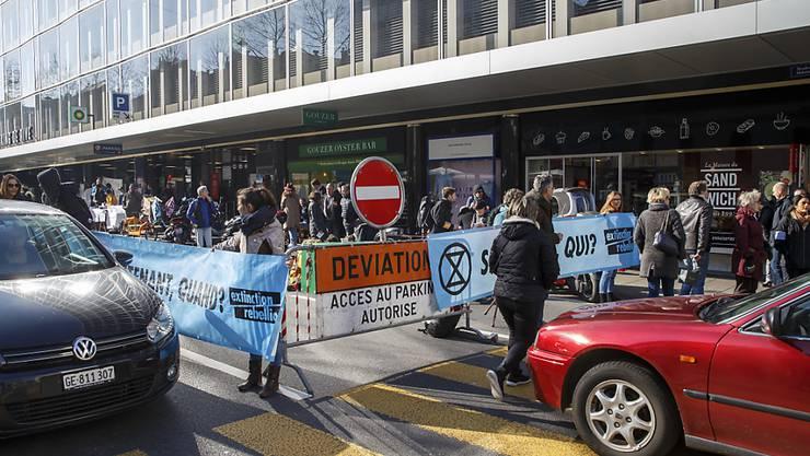 Die Blockade von Extinction Rebellion in Genf verursachte bei einigen Autofahrerinnen und Autofahrern Ärger.