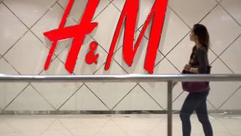 Das schwedische Modeunternehmen H&M ist im zweiten Quartal kräftig gewachsen. Die Neuausrichtung der Gruppe scheint Früchte zu tragen.(Archivbild)