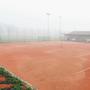 Die Tennisplätze Bechburg im Dezember-Nebel.