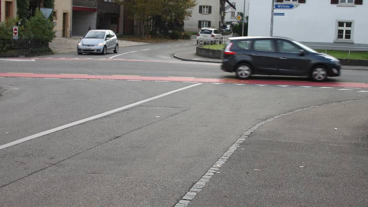 Lastwagenfahrer, die nicht auf das Trottoir gelangen wollen, sind gezwungen, die Sicherheitslinie zu überfahren. sar