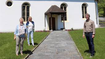 Die zu wählende Pfarrerin Christine Bürk, Béatrice Meili und Kurator Marcel Hauser (v.l.) vor der reformierten Kirche in Kirchleerau. Bild: fdu