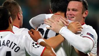 Vorbereiter Wayne Rooney (r.) gratuliert Vollstrecker Van Persie zum Torerfolg.
