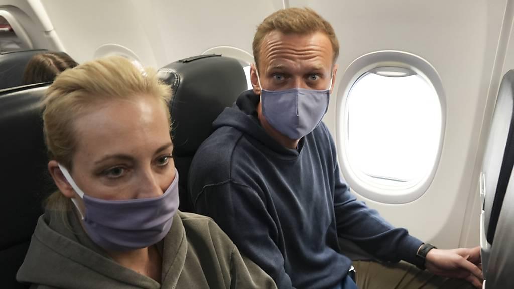 Kremlgegner Alexej Nawalny vor seiner Verhaftung mit Ehefrau Julia während eines Flugs nach Moskau. (Archiv)