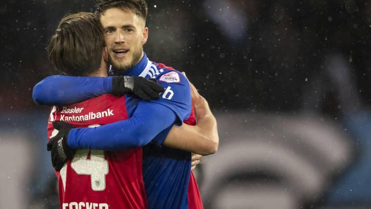 Ricky van Wolfswinkel (rechts) freut sich mit Valentin Stocker nach dem Tor zum 3:0