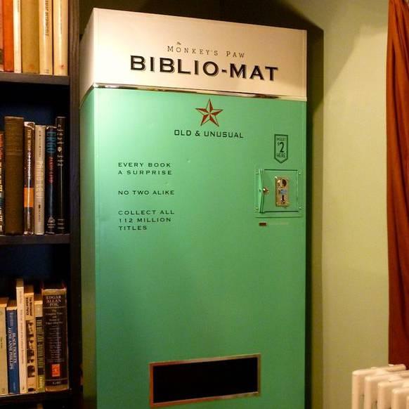 Überraschungs-Buch-Automat: In Toronto sind die Buchläden kreativ. Dieser Automat spuckt mit einem Zufallsgenerator irgendein Buch aus.