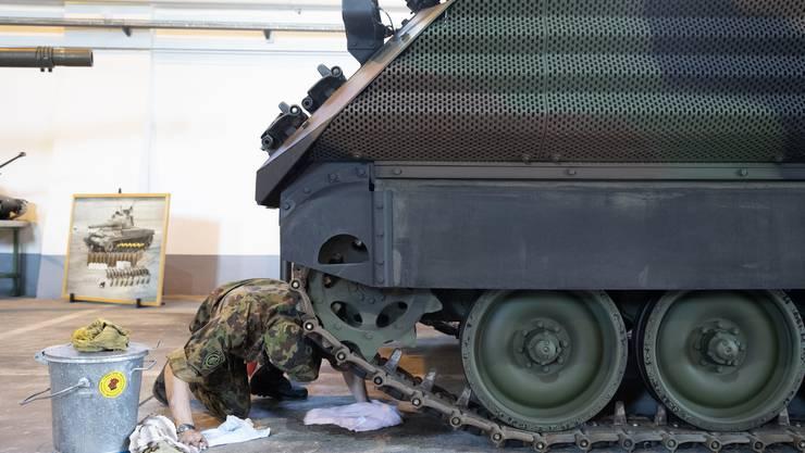 Ein Rekrut putzt den Boden im Panzermuseum auf dem Waffenplatz in Thun.