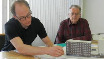 Architekt Christian Meyer (links) und der Präsident der Baukommission, Werner Mäder, erläutern das Neubauprojekt. ba