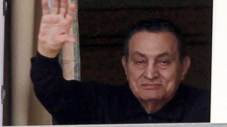 Der gestürzte ehemalige Machthaber Hosni Mubarak winkt am 4. Mai seinen Anhängern zu (Archivbild)