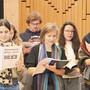 Norwegische und Schweizer Flaggen zieren die Liederhefte des Kanti-Chors. Schon am Samstag sitzen die 70 Schülerinnen und Schüler im Zug nach Norwegen.