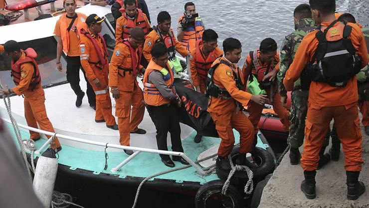 Rettungskräfte konnten am Mittwoch einen weiteren Passagier der am Dienstag in Indonesien untergegangenen Fähre nur noch tot bergen.