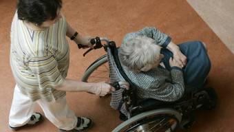 Eine Frau schiebt eine Seniorin im Rollstuhl - die BDP will junge Erwachsene und fitte Rentner in die Betreuung von älteren Menschen einbinden. (Symbolbild)