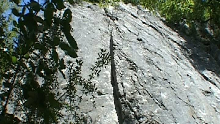 Junge Kletterin ist an diesem Felsen in Ennetbaden beim Hertenstein abgestürzt und hat sich schwere Rückenverletzungen zugezogen
