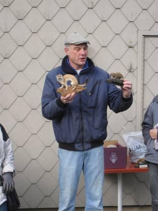 Einsatzleiter Marco Kaufmann zeigt ein Hermelin und dessen Lieblingsfressen – eine Wühlmaus.