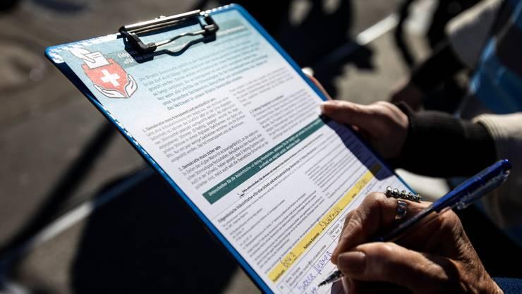 Stift in die Hand nehmen und unterschreiben: Was eigentlich so einfach ist, macht Unterschriftensammler gerade zu schaffen.