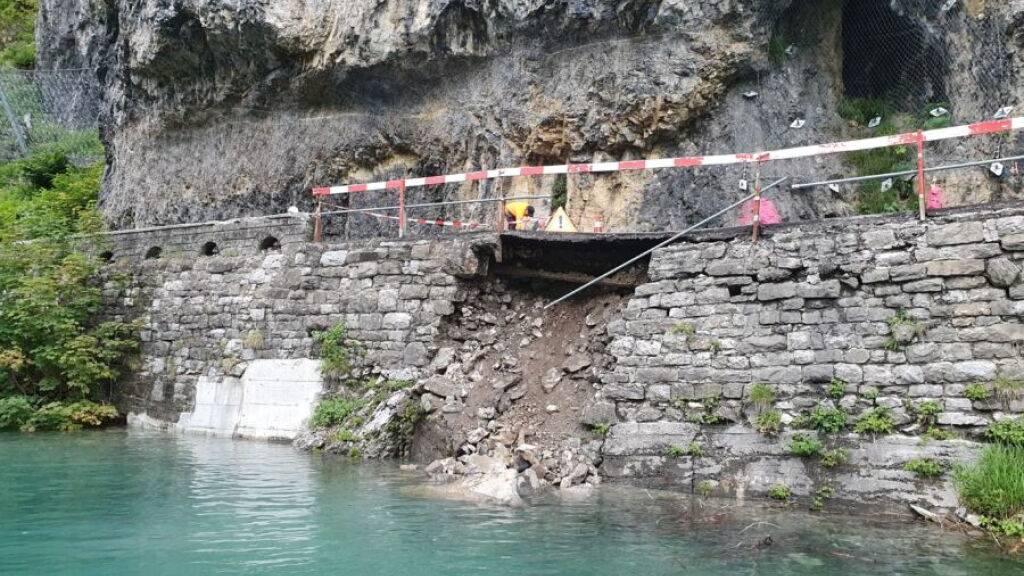 Unter der Strasse am Klöntalersee im Kanton Glarus ist die Böschung abgerutscht.